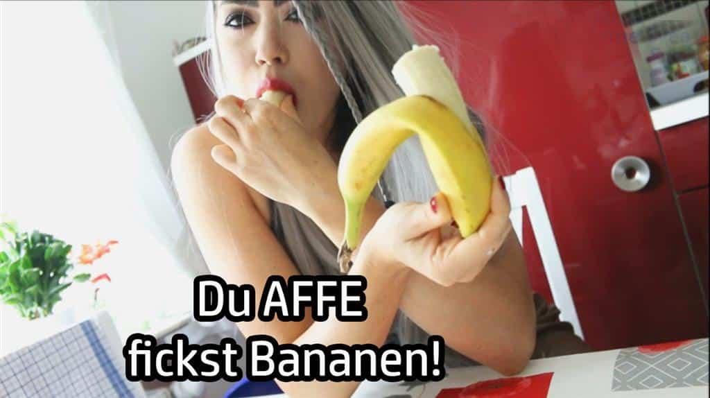 Du bist ein Affe, ein kleiner dummer schwanzgesteuerter Primat! Und was lieben diese Viecher? Richtig - Bananen. Nun, an diesem Tag wirst du die Frucht ganz besonders lieben. Denn heute fickt mein Äffchen seine Banane! Nimm sie so richtig schön durch, ich werde dir erklären wie es geht. Besorg es der Bananenfotze mit deinem kleinen Minipimmel, bis sie voll mit klebriger Wichse ist. Und da es sich so gehört, dass man eine Pussy nach dem Sex noch einmal schön leckt, wirst du das mit deiner Bananenmuschi natürlich auch tun...