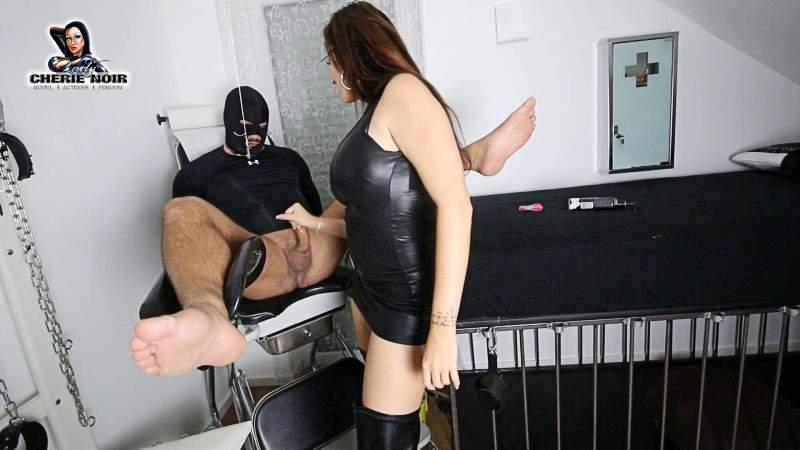 Dass mir dein Schwanz gehört, das weißt du ja schon lange Sklave. Selbst wenn du noch nicht den Mut hattest, dazu zu stehen und dich zu offenbaren. In diesem Video siehst du, wie es real aussieht, wenn mir dein Schwanz gehört! Du bist gefesselt, an dem Gynstuhl, dein Unterleib streckt mir entgegen - was ich sehe ist MEIN! Mein Spielzeug! Mein Lustobjekt! Ich werde mit deiner Lust spielen, dir zeigen, wer die wirkliche Macht über deinen Schwanz hat! Ich bin es - deine wahre Herrin und Domina Cherie Noir. Ich werde dich an die Grenzen bringen. Deine Geilheit macht dich wahnsinnig und nur ich habe die Möglichkeit, unser Spiel zu steuern. Dein L**den zu beenden, dich mehr zu q***en oder dich zu belohnen. Was du davon verdienst, hängt ganz von deiner vorherigen Hingabe und Sklaveneleistung ab! Mein SKlave hier im Clip hat am Ende seiner kleinen F**ter seine Wichsbelohnung verdient. Ich glaube der Brainfuck am Ende hat seine Soße zum entgültigen kochen gebracht! ;-) Ps: Ja, du darfst auch
